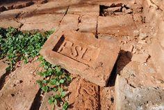 antigas ruínas de tijolos de barro da extinta Olária Fazenda São Luiz (Tijolo FSL) em Mirandópolis SP: