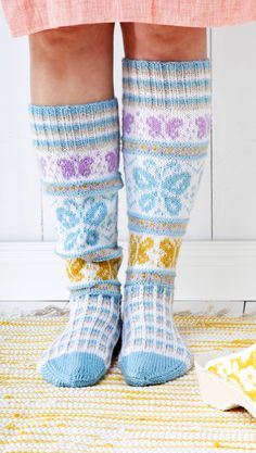 Sissukat-ryhmän Sisko Malisen perhossukat | Meillä kotona Knitting Charts, Free Knitting, Knitting Socks, Knitting Patterns, Knitting Ideas, Crochet Socks, Crochet Gloves, Knit Crochet, Knit Socks