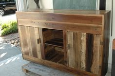 sideboard/cabinet from fencing boards Cedar Fence Boards, Recycled Furniture, Furniture Ideas, Sideboard Cabinet, Dyi Crafts, Fencing, Entertainment Center, Repurposed, Entryway Tables
