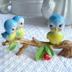 to ] Great to own a Ray-Ban sunglasses as summer gift.Blue Baby Birds and Blue Momma Bird Vintage Birds, Vintage Love, Retro Vintage, Vintage Items, Vintage China, Kitsch, Vintage Pottery, Vintage Ceramic, Gadgets