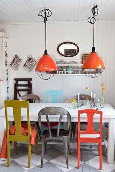 Ook erg leuk, origineel en persoonlijk: Verschillende stoelen aan de eetkamertafel! En de lampen vinden wij ook erg gaaf.