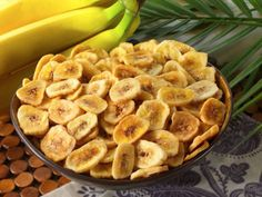 Although banana chips are made from fresh bananas, they are far from being healthy & nutritious. Just 1 ounce of banana chips contains 145 calories, 9 grams of fat and 8 grams of saturated fat – almost the same as a burger. Healthy Green Smoothies, Healthy Breakfast Smoothies, Healthy Fruits, Healthy Snacks, Healthy Breakfasts, Banana Recipes Easy, Snack Recipes, Baked Banana Chips, Tapas