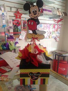 Centro de mesa Mickey. Fiesta Mickey Mouse, Mickey Mouse Clubhouse Party, Mickey Mouse Parties, Mickey Mouse Backdrop, Mickey Mouse Birthday, 3rd Birthday Parties, Centerpieces, Mary, Mickey Party