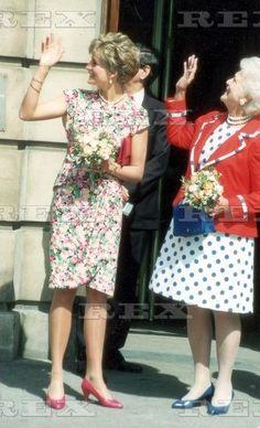 July 17 1991 Diana and Barbara Bush visit an AIDS unit at the Middlesex Hospital. Lady Diana, Diana Williams, Barbara Bush, Diana Fashion, Princes Diana, English Royalty, Princess Of Wales, Queen Of Hearts, Pure Products