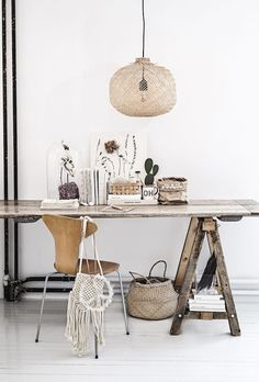 It's been a long while since I posted a dreamy Monday workspace, so here is one to start the week! I love the vibe on this workspace : the strong presence of natural and raw materials and textures, the spring vibe with the dried flower art, and that pendant light… this one is exquisite! Wishing...