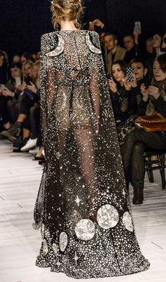 Special Garb: Couture - Back Detail - Alexander McQueen Fall London Fashion Week. Style Haute Couture, Couture Mode, Runway Fashion, Fashion Show, Dress Fashion, Fall Fashion, Net Fashion, Fashion Details, Fashion 2017
