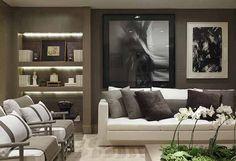 A Sala de Estar é composta por um grande sofá, chaises em linho, mesa de centro e lareira.