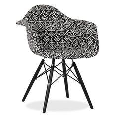 .La structure des pieds est inspiré de la tour Eiffel .Modele tapissé Patchwork . .Design versatil, s'associe facilement à différents styles La chaise WOODEN est l´un des modèles les plus populaires Sie design de l´avant-garde Sie dernier siècle. Un style, une élégance et une commodité se joignent pour donner une touche de distinction à votre salle à manger ou votre bureau. La version ARMS rajoute des accoudoirs à la structure de la chaise. Le dossier, les accoudoirs et le siège tapissé ...