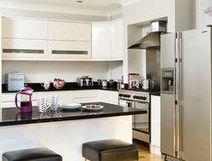 cuisine-blanche-avec-plan-de-travail-noir-pour-un-petit-espace-resized