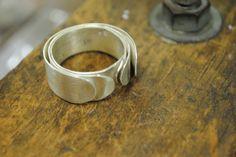Prata esterlina (950), com acabamento fosqueado. Tamanho 25 (USA size 10)
