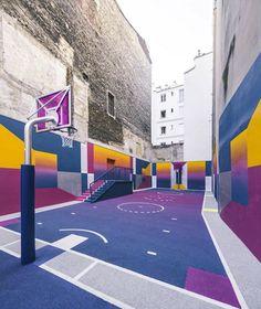 Le terrain de basket Pigalle-Duperré dans le 9e arrondissement fait peau neuve. Une nouvelle fois, c'est Ill studio qui s'est chargé de refaire les murs...