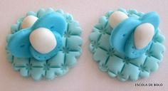 Para decorar cupcakes para chá de bebe, estas chupetas são fáceis de fazer e ficam muito fofas. Escolha a cor e faça as suas. Para fazer as chupetas você vai precisar de: pasta americana na cor escolhida e branca cortador redondo de 2.5cm e 1.
