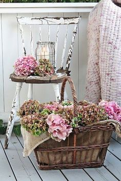 Flower baskets and white rustic chair Rustic farmhouse .- Blumenkörbe und weißer rustikaler Stuhl Rustikales Bauernhaus Küche & Moderne… Flower Baskets and White Rustic Chair Rustic Farmhouse Kitchen & Modern Farmhouse Home Decor – – - Mesas Shabby Chic, Shabby Chic Tapete, Cocina Shabby Chic, Shabby Chic Mode, Muebles Shabby Chic, Shabby Chic Kitchen, Shabby Chic Style, Shabby Chic Decor, Rustic Decor
