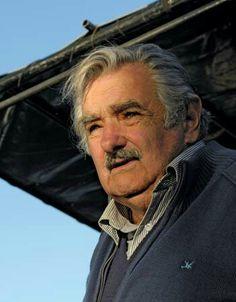 """ARRIVEDERCI PRESIDENTE Oggi si è concluso il mandato di José Alberto Mujica Cordano, quello che noi conosciamo come Pepe Mujica, """"il più elegante capo di stato del mondo"""". Mujica Presidente dell'Uruguay, un piccolo paese sudamericano che confina con Brasile e Argentina. A Pepe io sono affezionato e ho letto molto di lui anche se ne ho scritto poco, pochissimo, questo è forse il primo post in cui ne parlo, perché ho sempre avuto paura di semplificare il suo pensiero, profondo e nobile…"""