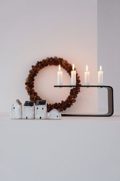 Minimalist Christmas decor inspiration with natural materials, candles and little houses Decoration Christmas, Decoration Table, Holiday Decor, Christmas Photo, Christmas 2019, Minimalist Christmas, Modern Christmas, House Contemporary, Estilo Interior