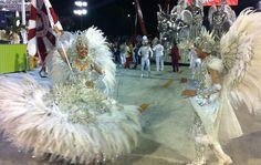 Mestre-sala e porta-bandeira da Renascer, Jessica e Fábio Júnior, prontos para começar o desfile.