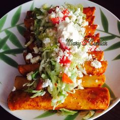Enchiladas Rojas  Receta -Mary S Cuellar ☑️Comparte la receta en tu muro Ingredientes * Tortillas - 6 pzas. * Chile ancho - 4 pzas. * Queso fresco - 200 gr. * Ajo - 1 diente * Aguacate - 1/2 pza. * Tomate - 1 pza. * Cebolla - 1/4 pza. * Crema ácida - 1/3 tza. * Orégano - 1/4 cdta. * Lechuga - 1/4 tza. * Sal - 1 cdta. * Aceite - cantidad suficiente  Preparacion✔️