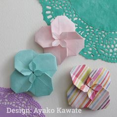 「セントポーリア 」川手章子さんデザイン 「折って使える 立体ORIGAMI 雑貨」日本ヴォーグ社 より African violet designed by Ayako Kawate 15㎝の折り紙で作ると、出来上がりは5.5㎝くらい。中心のところが細かくてちょっと難しいですが、この部分がかわいいです^ ^ ❇︎ kamikey オリジナルの折り紙作品は @kamikey_origami をご覧下さい。 ❇︎ #折り紙 #origami