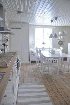 24 Ideas House Decor White Porches For 2019 Interior Design Living Room, Interior Decorating, Cosy Decor, White Porch, Interior Exterior, Chalet Interior, White Rooms, White Decor, Home Kitchens