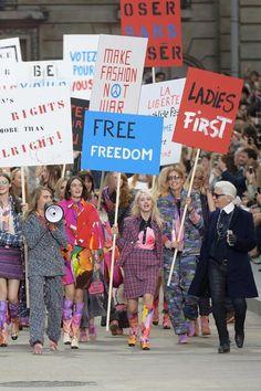 Während seiner Frühjahr/Sommer 2015 Show ließ Karl Lagerfeld vergangenes Jahr die Models beim Defilee für Frauenrechte demonstrieren.