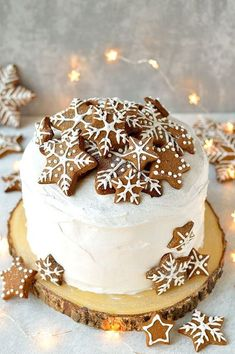 Gingerbread Topped Christmas Cake - Domestic Gothess Rich Christmas fruitcake topped with marzipan, royal icing and gingerbread stars and snowflakes Elegant Christmas Desserts, Christmas Wedding Cakes, Christmas Cake Designs, Christmas Cake Decorations, Holiday Cakes, Christmas Birthday Cake, Winter Wedding Cakes, Winter Cakes, Noel Christmas
