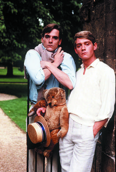 """Jeremy Irons as Charles Ryder and Anthony Andrews as Sebastian Flyte in Charles Sturridge and Michael Lindsay-Hogg's """"Brideshead Revisited"""". Retorno A Brideshead, Anthony Andrews, Edward Hall, Brideshead Revisited, Evelyn Waugh, Castle Howard, Jeremy Irons, Old Money, Le Palais"""