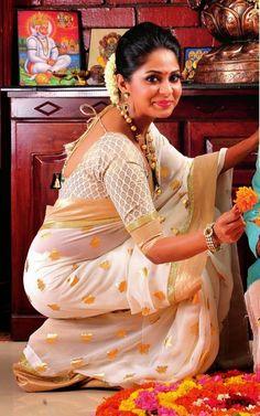 Poornima Indrajith in Kasavu Saree Kerala Saree, Ethnic Sarees, South Indian Sarees, Indian Attire, Indian Ethnic Wear, Ethnic Fashion, Indian Fashion, Women's Fashion, Indian Dresses