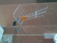 Colocacion de canaleta para cubrir cableado en antena exterior.