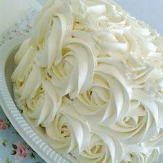 Chantininho, uma cobertura espetacular para dias mais quentes, pois não derrete e deixará seu bolo bem bonito e gostoso por causa do sabor do leite ninho.      CHANTININHO  Ingredientes  200 ml de Chantilly  3 colheres de sopa de açúcar de Food Cakes, Cupcake Cakes, Bolos Cake Boss, Sweet Recipes, Cake Recipes, Cake Icing, Icing Recipe, Love Cake, Cake Cookies