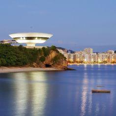 Localizado sobre o Mirante da Boa Viagem, na orla de Niterói (RJ), o Museu de Arte Contemporânea com sua fachada futurística possibilita que o visitante desfrute de vistas panorâmicas. Foto: @Nancy Barnes