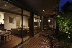奥様が好きな夜のウッドデッキ。明るく開放的な昼から一転、柔らかく包み込まれる癒しの空間に My Home Design, Modern House Design, Contemporary Interior Design, Interior Design Kitchen, Future House, My House, Japanese House, Backyard Patio, Interior Architecture