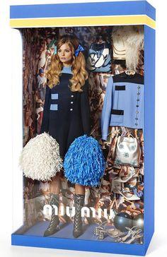 Poupée vivante habillée par des marques Haute Couture et accompagnée d'accessoires.