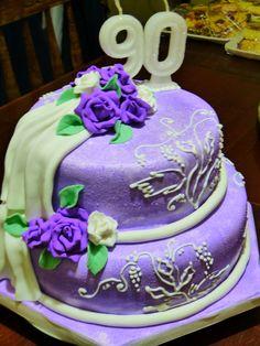 Torta pintada en lila con rosas modeladas en pasta comestible