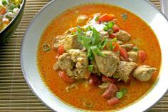 Niet elke curry is gelijk. In dit recept gebruik ik de panaeng curry, omdat die iets milder is van smaak en tegelijk frisser smaakt omdat er citroengras in verwerkt zit. De curry doet dienst op het verjaardags'buffet' waar nog een paar extra vriendinnen van Fien voor aanschuiven. Dan is het goed om niet te pikant