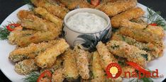 Oven baked zucchini sticks with sour cream dip. Baked Zucchini Sticks, Bake Zucchini, Low Carb Recipes, Diet Recipes, Quiche Muffins, Appetizer Recipes, Appetizers, Sour Cream Dip, Atkins Diet