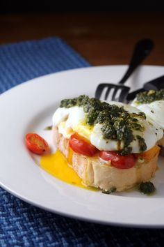 Caprese Eggs on Toast. Caprese eggs on toast: mozzarella tomatoes poached egg and pesto layered on Italian bread toast Breakfast Dishes, Breakfast Time, Breakfast Recipes, Perfect Breakfast, Breakfast Ideas, Egg Toast, Bread Toast, Salsa Pesto, I Love Food