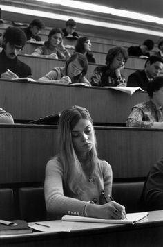 Henri Cartier Bresson - She reminds me of Mila Kunis Royal Photography, Candid Photography, Black And White Photography, Street Photography, Magnum Photos, Henri Cartier Bresson Photos, Moscow University, Ernesto Che Guevara, Nastassja Kinski