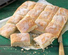 Havregryn, grahamsmjöl och vetemjöl ger en god smak åt de fluffiga havrerutorna i långpanna.