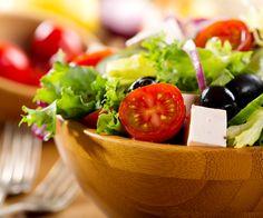 En entrée, dégustez une salade de tomates au fromage de chèvre