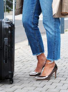 Jak skloubit pohodlí a eleganci na cestování letadlem? Znáte to, sedíte několik hodin skoro nehnutě, ale vystoupit v cílové destinaci v teplácích nebude ideální... ano, převlíknout se na záchodě můžete, ale nebude lepší si celou cestu užít jako dáma? Základy šatníku jsou ideální kombinací na jakýkoliv let! #skolastylu #outfit #motivace #onlinekurz #styling #jakseoblekat #seberozvoj #seberealizace #doletadla Burberry, Gucci, Diana Vreeland