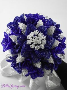 French beaded flower ¡ ¿que novia no querría este ramo? Seed Bead Flowers, French Beaded Flowers, Beaded Flowers Patterns, Beading Patterns, Ikebana, Handmade Flowers, Diy Flowers, Blue Rose Bouquet, Seed Bead Art