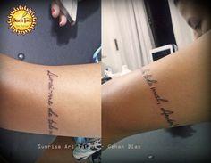 """tattoo escrita no braço """"Livrai-me de todo mal, Amém!"""""""