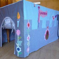 BinnenPret tafeltent kasteel / castle. Speelkasteel met stoere draak en prinsessen details. http://binnen-pret.nl/tafeltenten/kasteel/