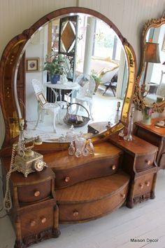 Maison Decor: Glamour Girl Vanidad y bandejas de plata a montones Antique Bedroom Furniture, Victorian Furniture, Art Deco Furniture, Repurposed Furniture, Unique Furniture, Rustic Furniture, Vintage Furniture, Diy Furniture, Furniture Design