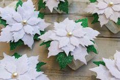 Robe di Robi: La tavola delle feste: i portatovaglioli Christmas Tree Toy, Felt Christmas Ornaments, Christmas Signs, Christmas Time, Crafts To Do, Felt Crafts, Felt Decorations, Christmas Decorations, Felt Flowers