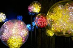 Light: Installations by Bruce Munro – Pops & Mojo Photos Eden Artist, Artist At Work, Lights Artist, Artistic Installation, Contemporary Chandelier, Ball Lights, Pendant Light Fixtures, Light Art, Wall Sculptures