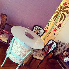 Cadeiras Luis XV com estampas super originais! Peças únicas e exclusivas aqui no atelier :) #decor