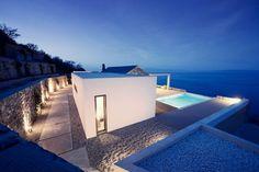 Villa Melana moderna casa de campo revestida en piedra Arquitectos Valia foufa y Panagiotis Papassotiriou, han diseñado Villa Melana, una nueva casa