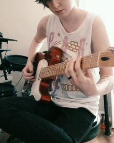 Que tal Aprender a Tocar Guitarra ? Guitar Solo, Cool Guitar, Ukulele Design, Blue Jam, Guitar Riffs, Guitar Photography, Entertainment Video, Music Aesthetic, Music Memes