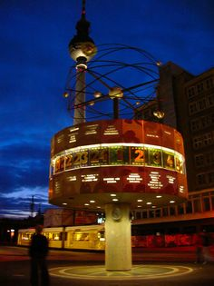 """Alexanderplatz- Ya en la Edad Media, cuando era conocida como Ochsenmarkt o """"Mercado del Buey"""", Alexanderplatz estaba considerada el centro de Berlín. Actualmente Alex, como la llaman muchos berlineses, continúa siendo uno de los principales puntos de reunión de la capital."""